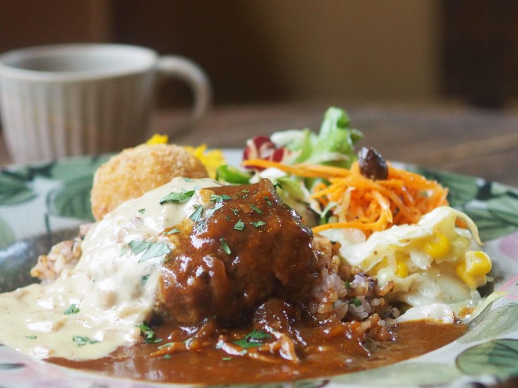写真:ポルチーニ茸クリームソースと自家製デミグラスソースの2種ソースのハンバーグランチ カフェ益子の茶屋