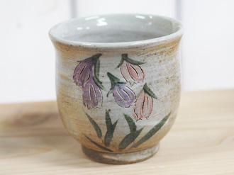 陶芸体験の焼き上がり作品 絵柄 、白地にホタルブクロ