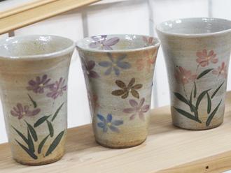 陶芸体験の焼き上がり作品 絵柄 白地にミヤコワスレ