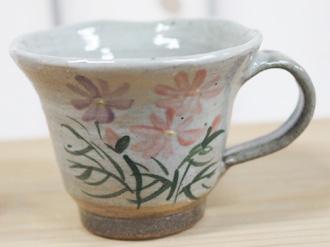 陶芸体験の焼き上がり作品 絵柄 、白地にコスモス