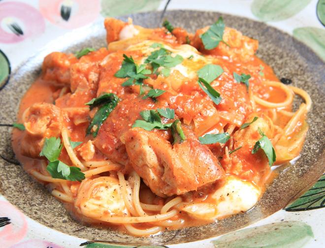 グリルチキンとモッツァレラチーズのトマトスパゲッティ