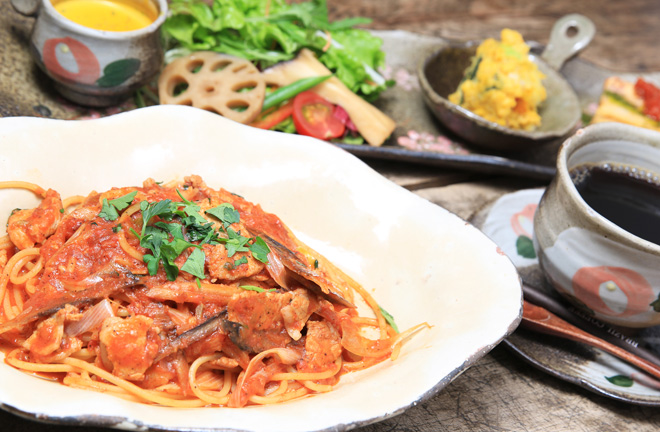 豚肉とネギ、ゴボウのトマトソースパスタ